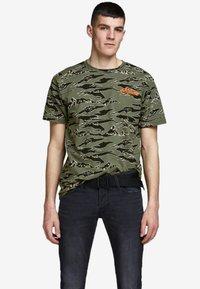 Jack & Jones - Print T-shirt - dusty olive - 0