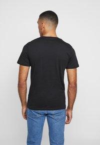 Jack & Jones - JORBASIC TEE V-NECK 3 PACK REGULAR FIT - T-shirt - bas - white//black/grey - 3
