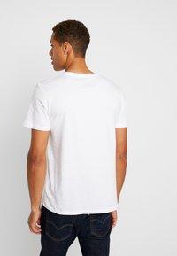 Jack & Jones - JORBASIC TEE 2PACK - T-shirt con stampa - white/ black - 2