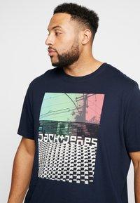 Jack & Jones - JCOANGLE TEE CREW NECK - Print T-shirt - sky captain - 4