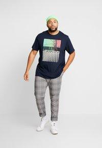 Jack & Jones - JCOANGLE TEE CREW NECK - Print T-shirt - sky captain - 1