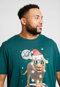 Jack & Jones - JORJINGLE  - T-shirt med print - sea moss - 3