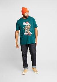 Jack & Jones - JORJINGLE  - T-shirt med print - sea moss - 1