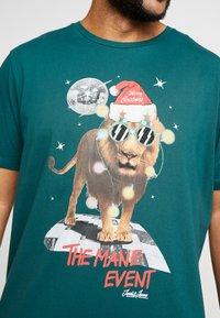 Jack & Jones - JORJINGLE  - T-shirt med print - sea moss - 5