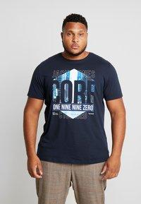 Jack & Jones - JCOPINE TEE CREW NECK  - T-shirts med print - sky captain - 0