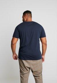 Jack & Jones - JCOPINE TEE CREW NECK  - T-shirts med print - sky captain - 2
