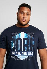 Jack & Jones - JCOPINE TEE CREW NECK  - T-shirts med print - sky captain - 4