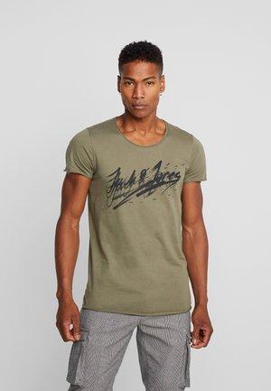 JORWAC TEE CREW NECK - Print T-shirt - dusty olive