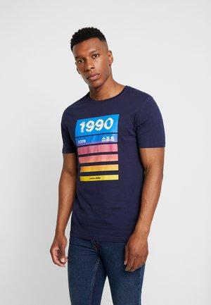 JCORAULA TEE - T-shirt z nadrukiem - maritime blue