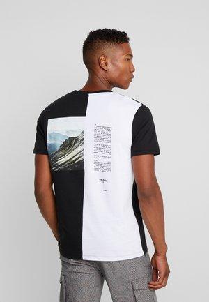 JCOHALF TEE - T-shirt z nadrukiem - black