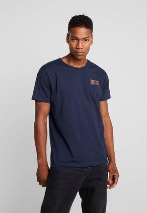 JORMANJARO TEE CREW NECK - Print T-shirt - navy blazer