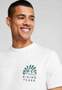 Jack & Jones - JORWARD TEE CREW NECK - T-shirt print - cloud dancer - 5