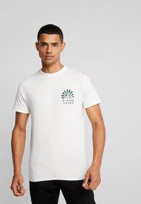 Jack & Jones - JORWARD TEE CREW NECK - T-shirt print - cloud dancer - 0