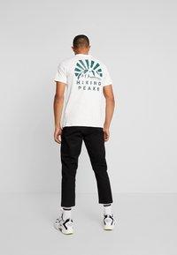 Jack & Jones - JORWARD TEE CREW NECK - T-shirt print - cloud dancer - 2