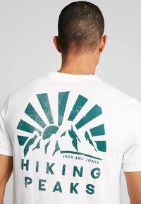 Jack & Jones - JORWARD TEE CREW NECK - T-shirt print - cloud dancer - 3