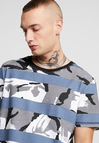 Jack & Jones - JCOMIGO TEE  - Print T-shirt - china blue - 4