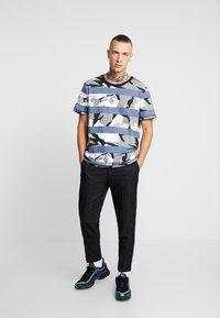 Jack & Jones - JCOMIGO TEE  - Print T-shirt - china blue - 1