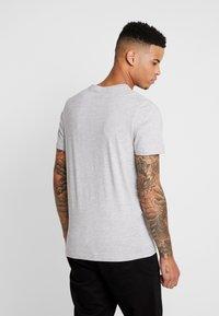 Jack & Jones - JCOSCOOP TEE CREW NECK SLIM - T-Shirt print - light grey melange - 2