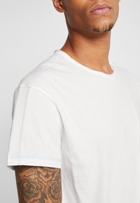 Jack & Jones - JORSON TEE CREW NECK - T-Shirt basic - cloud dancer - 5