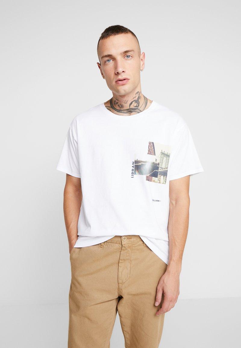 Jack & Jones - JORPASTE TEE CREW NECK  - T-shirts med print - white