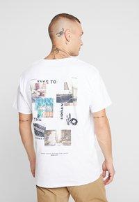 Jack & Jones - JORPASTE TEE CREW NECK  - T-shirts med print - white - 2