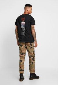 Jack & Jones - JORPASTE TEE CREW NECK  - T-shirt med print - tap shoe/american - 2