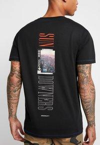 Jack & Jones - JORPASTE TEE CREW NECK  - T-shirt med print - tap shoe/american - 5