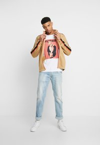 Jack & Jones - JORPLAYBOY TEE CREW NECK - Triko s potiskem - white/relaxed orange - 1