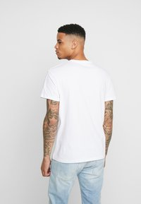 Jack & Jones - JORPLAYBOY TEE CREW NECK - Triko s potiskem - white/relaxed orange - 2