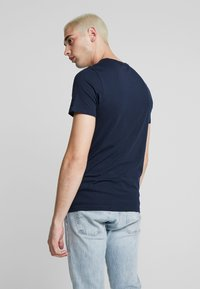 Jack & Jones - JCOSHAWN TEE CREW NECK - T-Shirt print - sky captain - 2