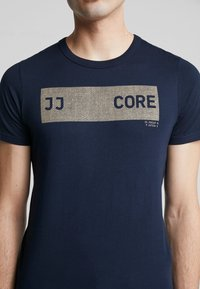 Jack & Jones - JCOSHAWN TEE CREW NECK - T-Shirt print - sky captain - 5