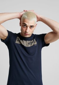 Jack & Jones - JCOSHAWN TEE CREW NECK - T-Shirt print - sky captain - 3