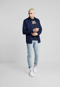 Jack & Jones - JCOSHAWN TEE CREW NECK - T-Shirt print - sky captain - 1