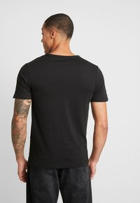 Jack & Jones - JCOCHECK TEE CREW NECK SLIM FIT - Triko s potiskem - black - 2