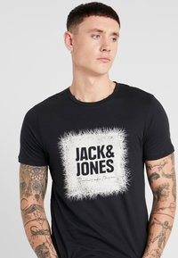 Jack & Jones - JORMUSTO TEE CREW NECK - Camiseta estampada - tap shoe - 4