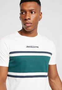 Jack & Jones - JORCAINE TEE CREW NECK SLIM FIT - T-shirt imprimé - cloud dancer - 4