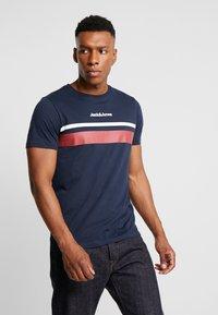Jack & Jones - JORCAINE TEE CREW NECK SLIM FIT - T-shirt med print - navy blazer - 0
