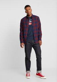 Jack & Jones - JORCAINE TEE CREW NECK SLIM FIT - T-shirt med print - navy blazer - 1