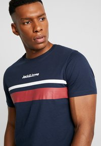 Jack & Jones - JORCAINE TEE CREW NECK SLIM FIT - T-shirt med print - navy blazer - 4