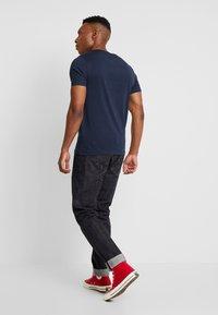 Jack & Jones - JORCAINE TEE CREW NECK SLIM FIT - T-shirt med print - navy blazer - 2