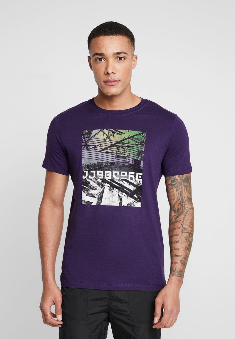 Jack & Jones - JCOANGLE TEE CREW NECK SLIM FIT - T-shirts med print - purple velvet