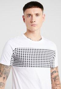 Jack & Jones - JCOHERKULES TEE CREW NECK SLIM FIT - Print T-shirt - white - 4