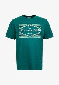 Jack & Jones - JORNEBRASKA TEE CREW NECK - Printtipaita - sea moss - 4