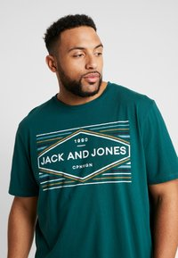 Jack & Jones - JORNEBRASKA TEE CREW NECK - Printtipaita - sea moss - 3