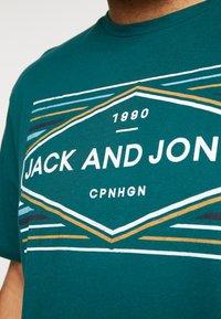 Jack & Jones - JORNEBRASKA TEE CREW NECK - Printtipaita - sea moss - 5
