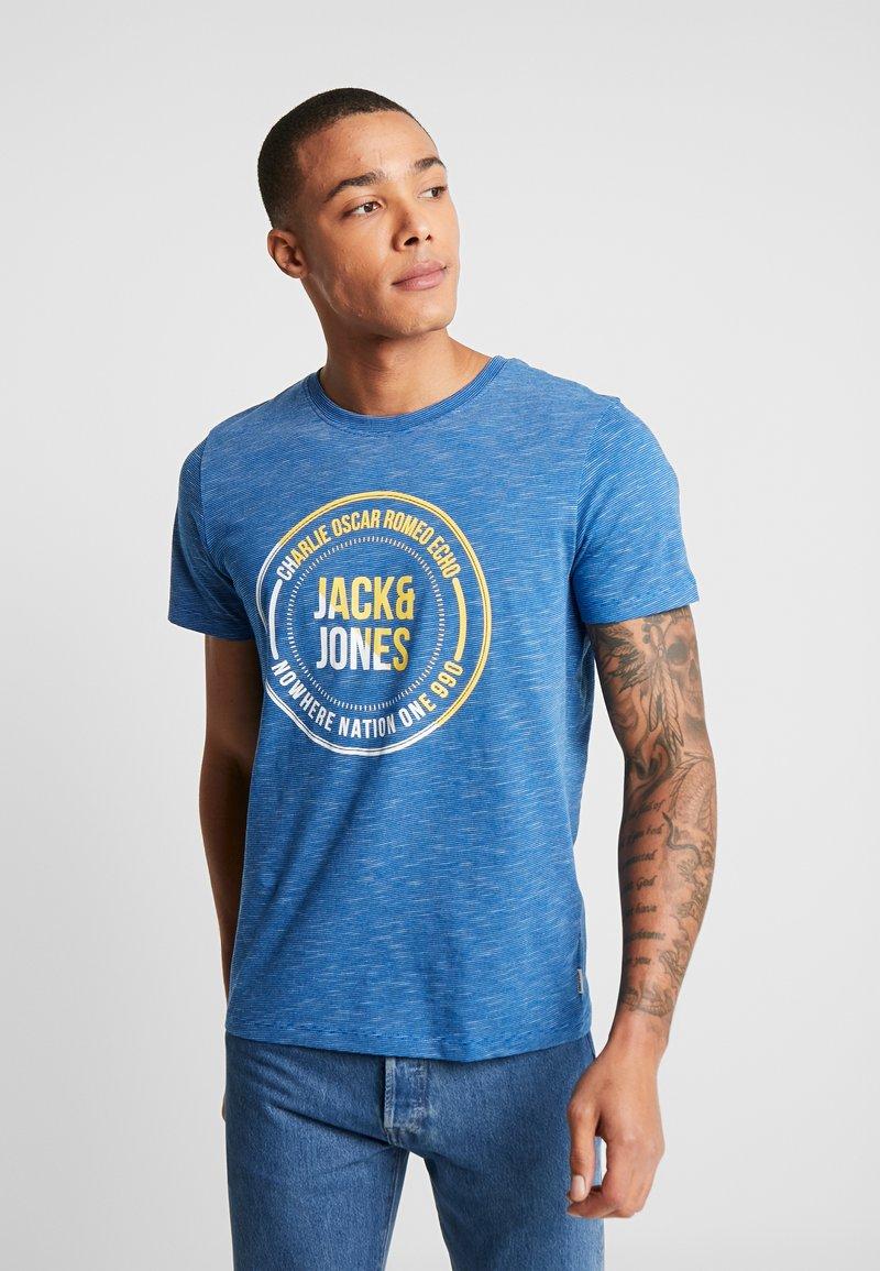 Jack & Jones - JCOHAPS TEE CREW NECK REGULAR FIT - Printtipaita - classic blue