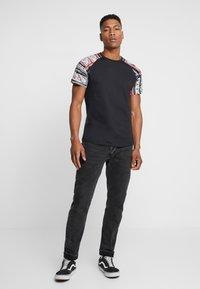 Jack & Jones - JORBOLD TEE CREW NECK REGULAR - Basic T-shirt - tap shoe - 1