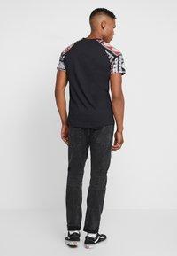 Jack & Jones - JORBOLD TEE CREW NECK REGULAR - Basic T-shirt - tap shoe - 2