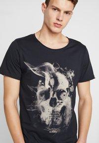 Jack & Jones - JORDARK CITY TEE CREW NECK REGULAR - Camiseta estampada - tap shoe - 4