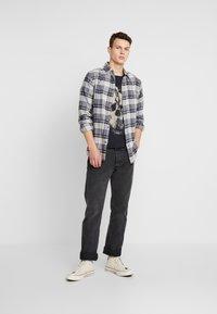 Jack & Jones - JORDARK CITY TEE CREW NECK REGULAR - Camiseta estampada - tap shoe - 1